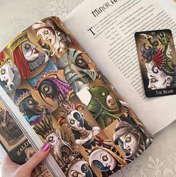 Companion book của bộ Deviant Moon Tarot